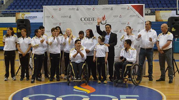 Atletas con discapacidad reciben la estafeta rumbo a la Paralimpiada.