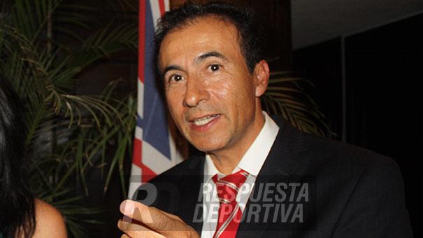 PRESIDENTE FMT: TOÑO FLORES CARGA LA LOZA DEL PIPILA