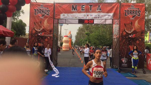 Israel Oropeza se corona en la Carrera de los Zorros.
